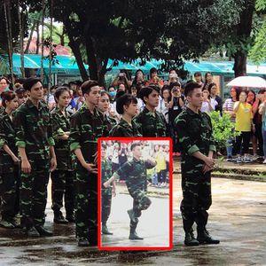 À thì ra hình ảnh Sơn Tùng mặc đồ lính khiến 'dân tình nháo nhào' chỉ là để quay quảng cáo