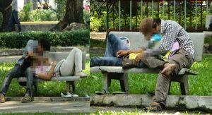 Bạn trẻ thể hiện tình yêu quá đà nơi công cộng