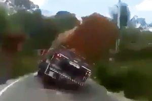 Clip: Chở hàng cồng kềnh, xe tải lật nhào trên đường