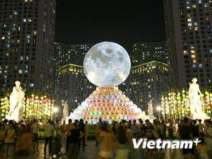 Dân Hà Nội đổ xô đi ngắm mặt trăng siêu khổng lồ dịp Trung thu