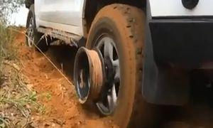 Những cách giải cứu ô tô sa lầy cực kỳ thông minh