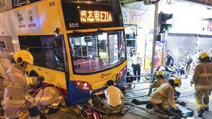 Buýt 2 tầng lao lên vỉa hè ở Hồng Công, 3 người chết và 27 người bị thương