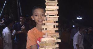 Cậu bé 10 tuổi khiến cả Phố đi bộ 'nín thở' theo dõi màn xếp hình siêu đỉnh