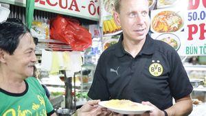 Không phải gỏi cuốn, bánh xèo mới là món được lòng huyền thoại bóng đá Joerg Heinrich