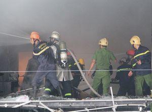 Gara ôtô bốc cháy giữa khu dân cư