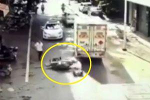Clip: Bố quên tắt máy, 2 bé gặp tai nạn nghiêm trọng