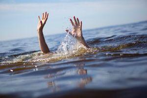 Thương tâm 2 anh em chết đuối dưới hố nước tại bãi xe bus