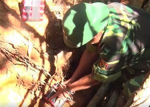 Công binh Quảng Trị đặt thuốc huỷ nổ bom tại rẫy
