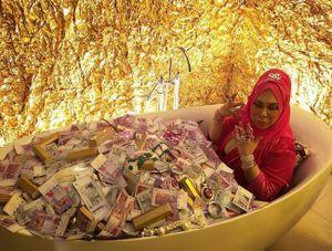 Nữ đại gia Malaysia chơi nổi khi ngồi hát trong bồn tắm phủ tiền và trang sức