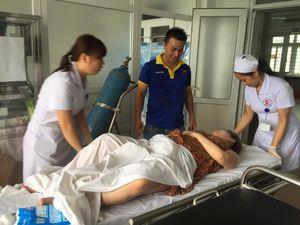 Chồng đỡ đẻ cho vợ trên taxi khi vừa đến cổng bệnh viện