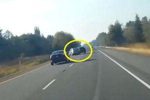Clip: Tài xế vượt ẩu, xe Toyota gây tai nạn khủng khiếp