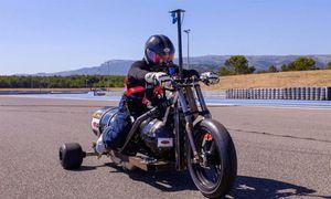 Xe môtô 3 bánh chạy 261 km/h chạy bằng… nước mưa
