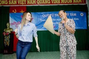 Clip Mỹ Tâm múa phụ họa cho cụ bà hát 'Tôi là tôi' gây 'sốt' mạng xã hội
