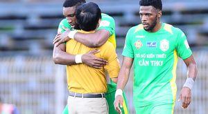 FLC Thanh Hoá chiếm lại ngôi đầu, HAGL thất thủ vì thủ môn nhận thẻ đỏ