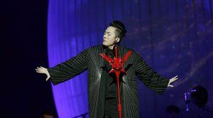 Tùng Dương không kìm được nước mắt trong live show riêng