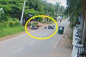 Clip: Vụ va quệt khiến 2 xe máy ngã nhào