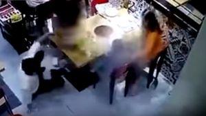Khoảnh khắc đáng sợ nhân viên hắt nồi nước lẩu sôi vào em bé