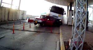 Xe tải mất lái đè nát bét ôtô trước trạm thu phí