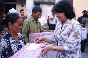 Phó Chủ tịch nước Đặng Thị Ngọc Thịnh thăm hỏi và trao quà hỗ trợ cho nhân dân Quảng Bình
