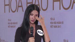 Hoàng Thùy bật khóc khi bị Phạm Hương chất vấn