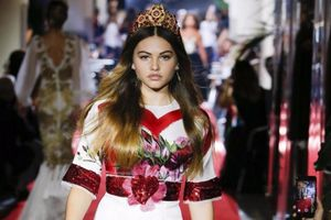 'Cô gái xinh đẹp nhất thế giới' gây chú ý trên sàn diễn Milan