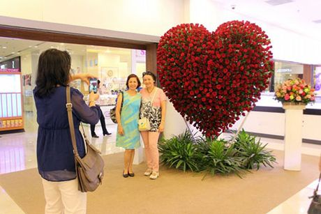 Trai tim hoa hong cao 2,5 met mung le tinh nhan o Sai Gon - Anh 5