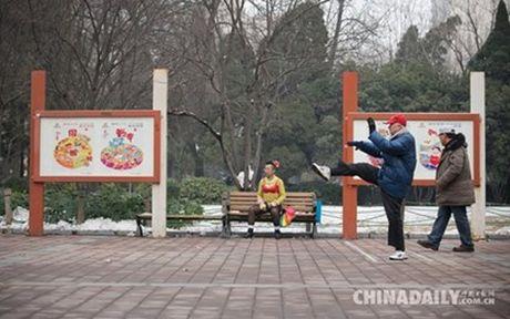 Gap nguoi dan ong ky la thich mac noi y dao pho - Anh 3