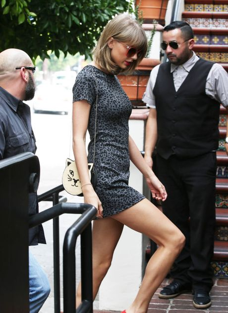 "Taylor Swift dien quan sooc ngan khoe doi chan ""850 ty dong"" - Anh 3"