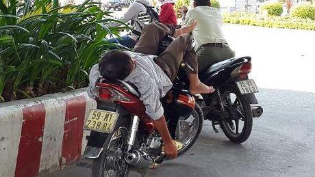 Nguoi Sai Gon vat va voi cai nang nong gan 40 do C sau tet - Anh 5
