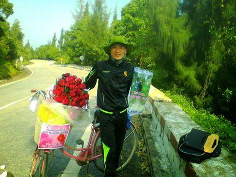 Dap xe 1.071 km tu Nam Dinh mang theo 99 doa hong vao tham nguoi yeu tai Gia Lai - Anh 1