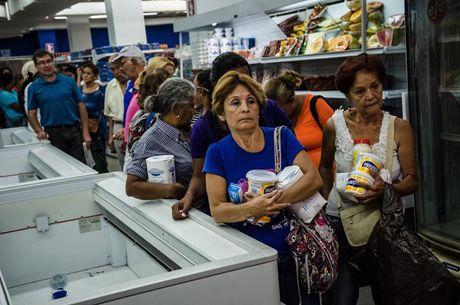 Venezuela dang lao nhanh den khung hoang no - Anh 1