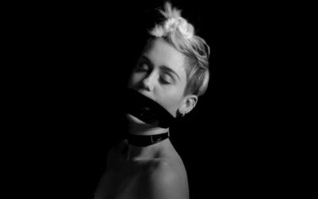 Ro tin Miley Cyrus bi mat dinh hon mac su phan doi cua me ban trai - Anh 1