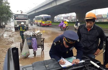 Dinh chi nha thau thi cong lam vuong vai bun dat tren duong vanh dai - Anh 2