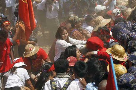 Canh sat Myanmar tran ap sinh vien - Anh 1