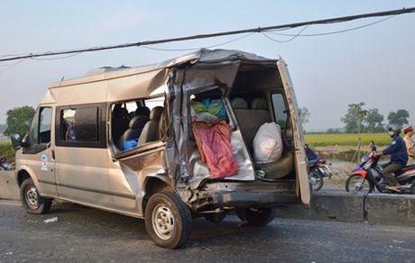 Tai xe xe khach bang hoang ke lai phut giay sinh tu khi bi container tong - Anh 2