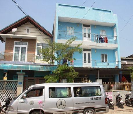 Nguoi dan ong chet trong tu the treo co o san thuong - Anh 1