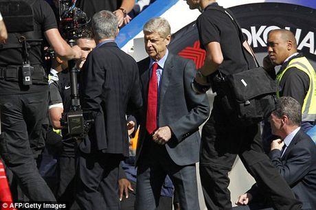 Arsene Wenger khong them nhin mat Jose Mourinho khi bat tay - Anh 1