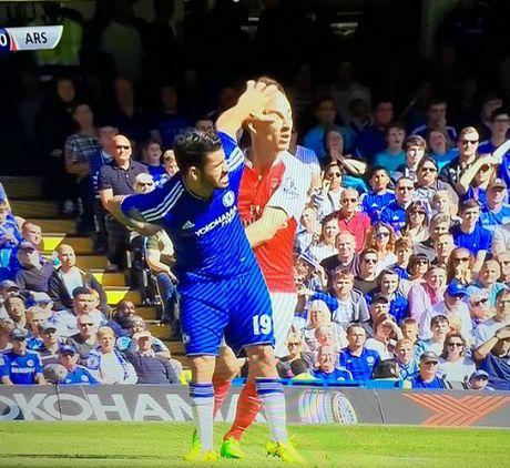 Nhung hinh anh kinh hai ve hanh vi bao luc cua 'ga do te' Diego Costa trong tran gap Arsenal - Anh 2