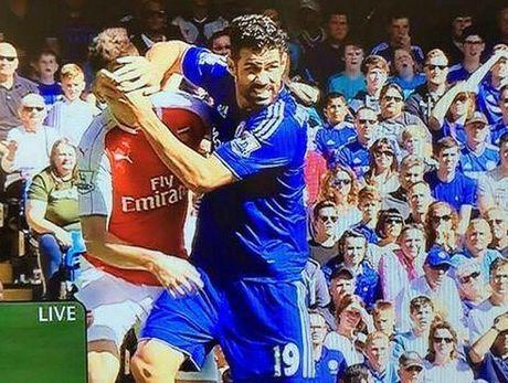 Nhung hinh anh kinh hai ve hanh vi bao luc cua 'ga do te' Diego Costa trong tran gap Arsenal - Anh 3