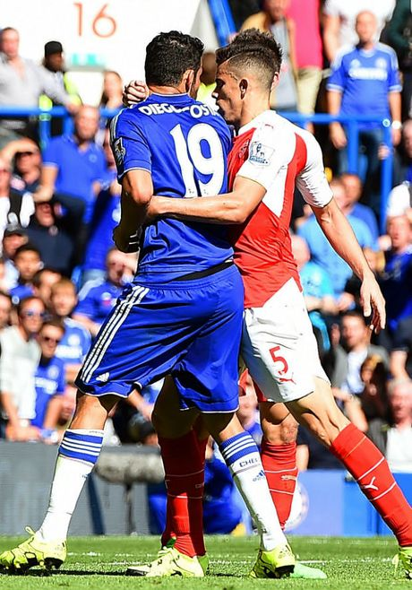 Nhung hinh anh kinh hai ve hanh vi bao luc cua 'ga do te' Diego Costa trong tran gap Arsenal - Anh 5