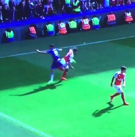 Nhung hinh anh kinh hai ve hanh vi bao luc cua 'ga do te' Diego Costa trong tran gap Arsenal - Anh 8