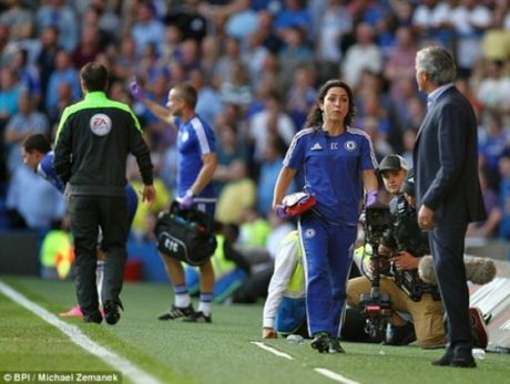 HLV Mourinho doi mat an phat cuc nang vi nhuc ma nu bac si - Anh 1