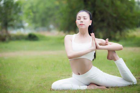 """4 my nhan Vbiz gay chu y voi dong tac yoga """"trong cay chuoi"""" - Anh 7"""