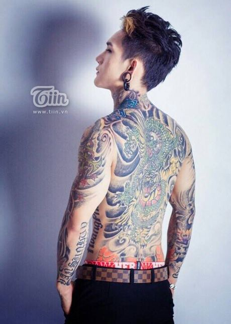 Choang voi hinh xam chi chit cua 'my nam xam tro' thich hang hieu - Anh 9