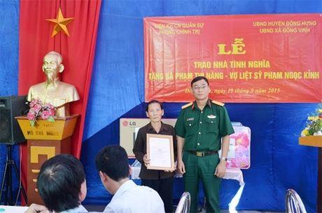 Tang nha tinh nghia cho 2 gia dinh chinh sach - Anh 1