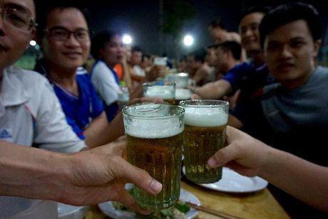 Ky la noi lam coc vai chi de uong bia hoi Ha Noi - Anh 16