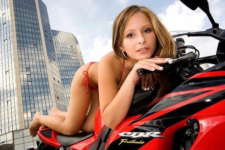 "Xem mau Tay ""lot do"" tren sieu moto Honda CBR1000RR - Anh 9"