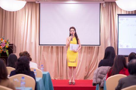 A hau Thuy Van vai tran goi cam giua troi dong Ha Noi - Anh 6