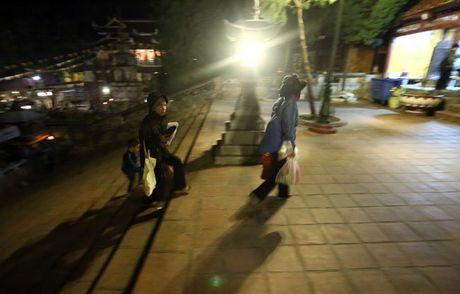 Cac cu gia leo nui suot dem de le hoi chua Huong - Anh 6