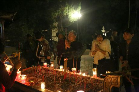 Cac cu gia leo nui suot dem de le hoi chua Huong - Anh 7